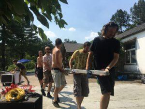 2017年龙焰活动上各个营地成员都在帮忙搬东西